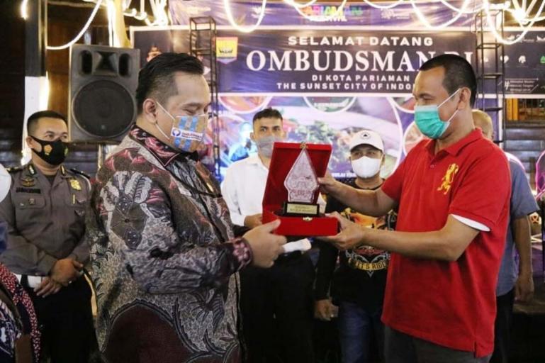 Wali Kota Pariamanm Genius Umar serahkan cindera mata kepada anggota Ombudsman RI, Yeka Hendra Fatika saat berkunjung ke Kota Pariaman, Selasa (18/5). (Dok : Istimewa)