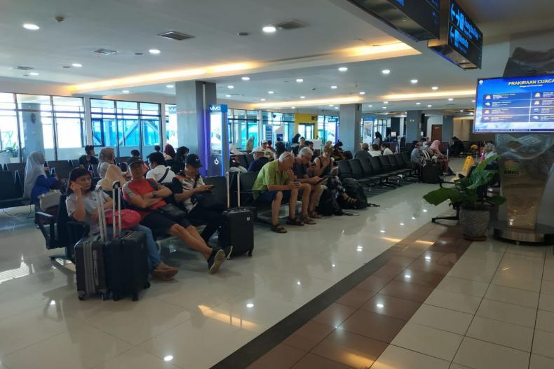 Suasana calon penumpang yang cukup ramai di terminal keberangkatan di BIM, Sabtu siang (22/2). (Foto : Istimewa)