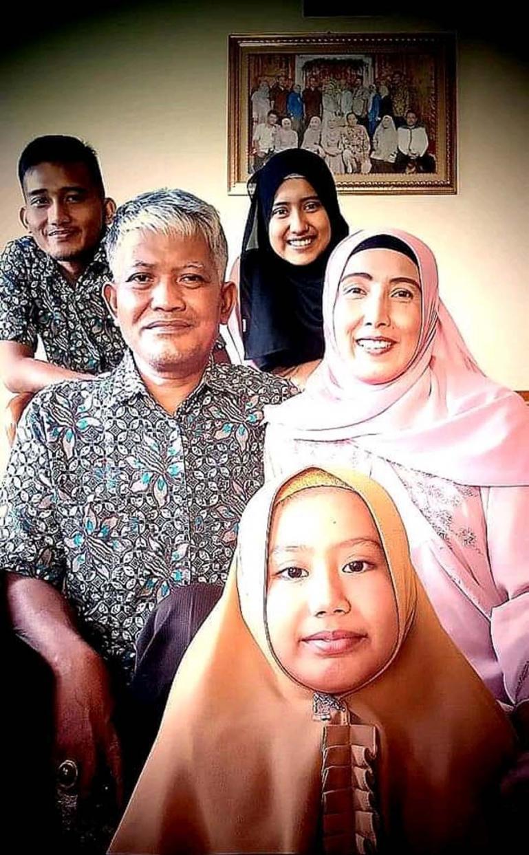 Fakhriz Putra R, saat bersama kedua orang tua dan saudaranya beberapa waktu lalu di rumahnya di Payakumbuh. (Dok : Istimewa)