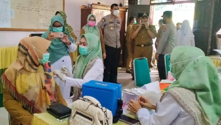 Sekkab Padangpariaman, Rudy Repenaldi Rilis bersama rombongan tinjau kegiatan vaksinasi di SMAN 1 Ulakan Tapakis di Nagari Manggopoh Palak Gadang Ulakan, Selasa (12/10). (Dok : Istimewa)