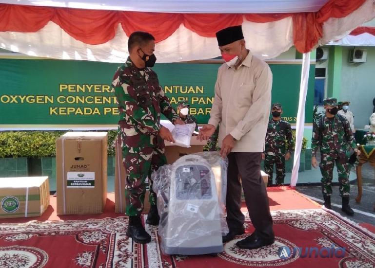 Pangdam 1/BB, Mayjend TNI Hassanudin serah unit Oxigen Concentator pada Gubernur Sumbar, Mahyeldi Ansharullah di Rumah Sakit Tentara (RST) dr. Reksodiwiryo, Padang, Rabu (11/8). (Foto : Derizon)