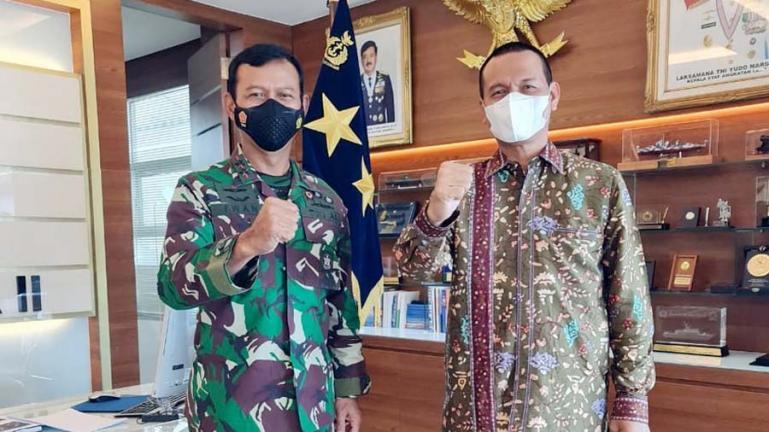 Pangkoarmada II), Laksamana Muda (Laksda) TNI, Iwan Isnurwanto saat menerima kunjungan Wali Kota Pariaman, Genius Umar di ruang kerjanya di Surabaya, Rabu siang (9/6). (Dok : Istimewa)