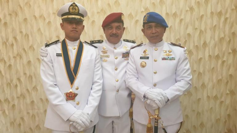 Letda Laut (KH) Muhammad Faugi bersama orang tuanya Fauzi Bahar dan pamannya Danpom Koarmada I, Kolonel Laut (PM) Fahmi, seusai pelantikan, Kamis (16/7). (Dok : Istimewa)