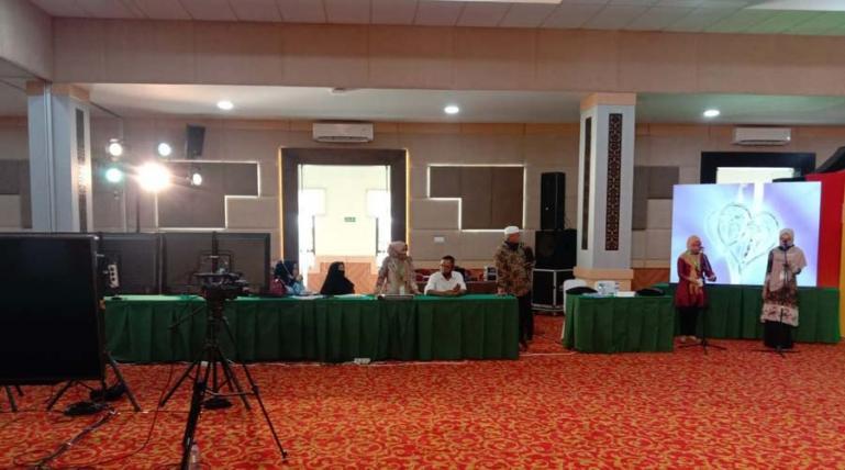 Panitia MTQ Nasional ke-XXVIII sedang mengecek kesiapan salah venue Hospitality UNP Padang, Sabtu siang (14/11). (Dok : Istimewa)