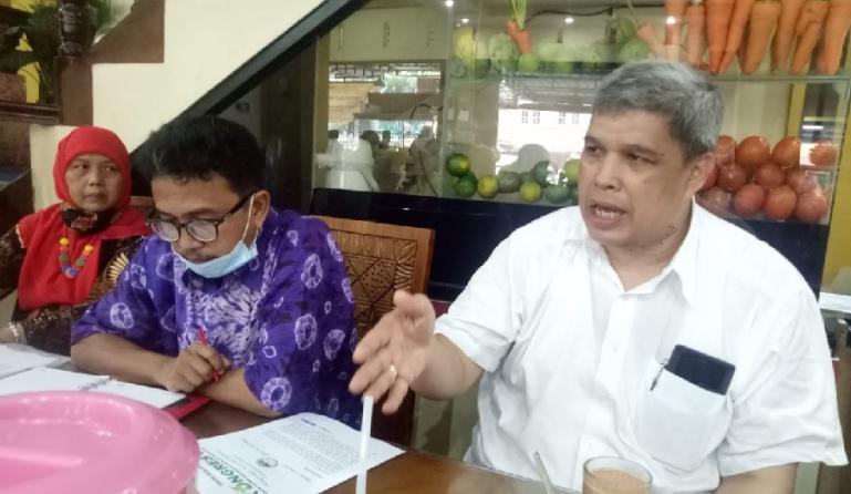 Ketua panitia pengarah (OC) Mubes ke-VI IKA Unand, Insannul Kamil dan timnya saat menjelaskan persiapan mubes tersebut kepada wartawan di Padang, Kamis (27/5). (Dok : Istimewa)