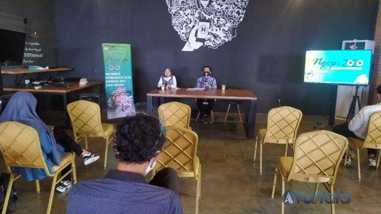 Komisioner KPU Sumbar Gebril Daulai saat memaparkan metode ilkan kampaye paslon untuk media, dalam acara Ngopi 2020 dengan wartawan di Padang, Kamis (15/10). (Foto : Arzil)