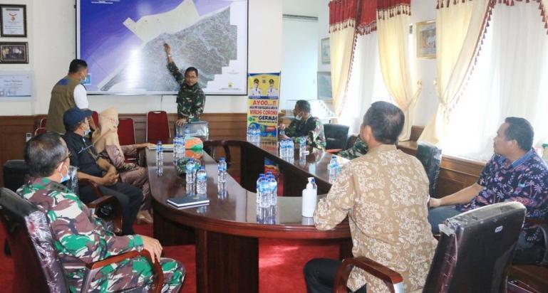 Danlantamal II Padang, Laksamana Pertama Hargianto memaparkan teknis simulasi bencana kepada Wali Kota Pariaman, Genius Umar, Kamis (1/4). (Dok : Istimewa)