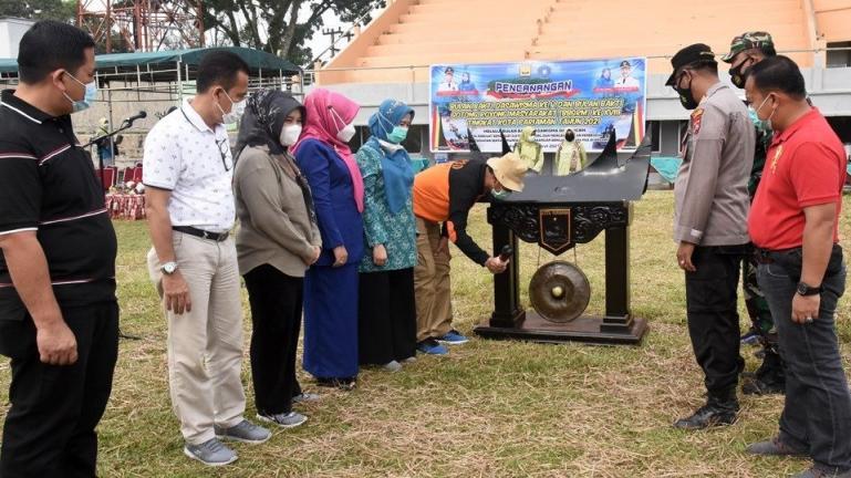 Genius Umar memukul gong tanda pencananga BBGRM ke-18 dimulai di kota itu, Jumat (12/3). (Dok : Istimewa)