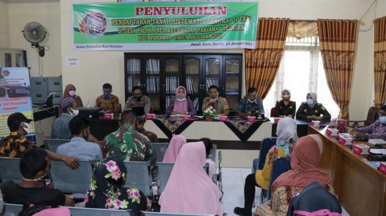 Asisten I Setko Pariaman, Yaminurizal bersama kepala BPN Pariaman, Rita Sastra saat sosialisasi program Prona untuk kota tersebut, Kamis (21/1). (Dok : Istimewa)