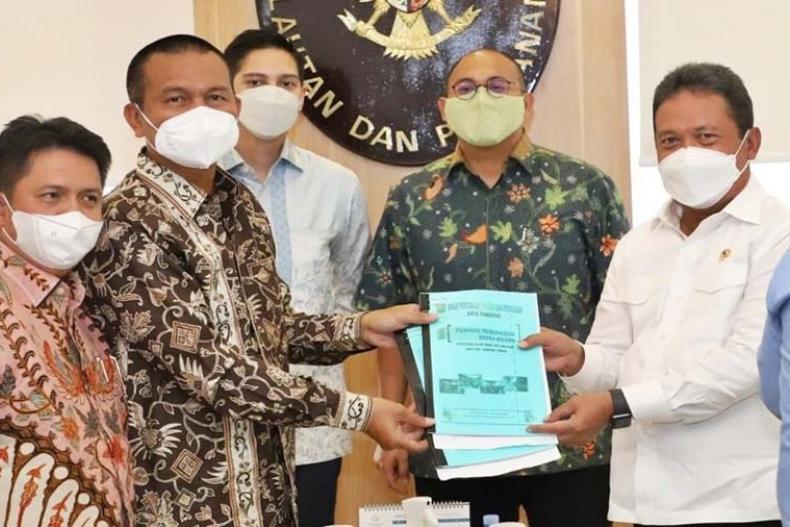 Wali Kota Pariaman, Genius Umar saat menyerahkan proposal pembangunan sector kelautan dan perikanan kepada Menteri KKP, Sakti Wahyu Trenggono di Jakarta, Senin (12/4).
