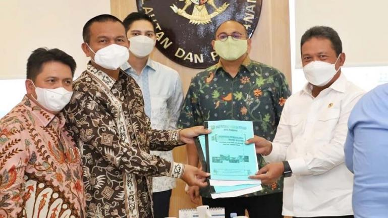 Wali Kota Pariaman, Genius Umar saat menyerahkan proposal pembangunan sector kelautan dan perikanan kepada Menteri KKP, Sakti Wahyu Trenggono di Jakarta, Senin (12/4). (Dok : Istimewa)