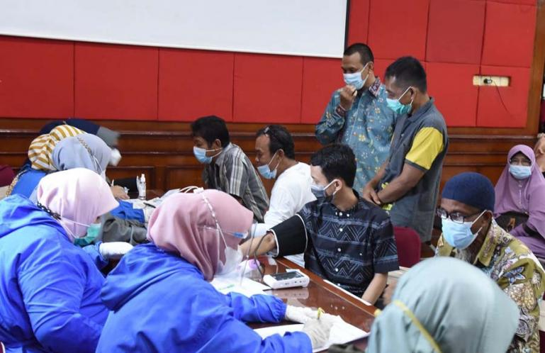 Wali Kota Pariaman, Genius Umar saksikan langsung pelaksanaan vaksinasi massal yang diadakan Kota Pariaman, Sabtu (26/6). (Dok : Istimewa)