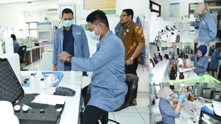 Para peneliti di Labor Lingkungan Dinas Perkim dan LH Kota Pariaman sedang menguji sejumlah sampel. (Dok : Istimewa)