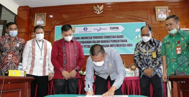 Wali Kota Genius Umar meenandatangani SK Tim Percepatan dan Perluasan Digitalisasi Daerah (TP2DD) untuk Kota Pariaman, Kamis (4/3). (Dok : Istimewa)
