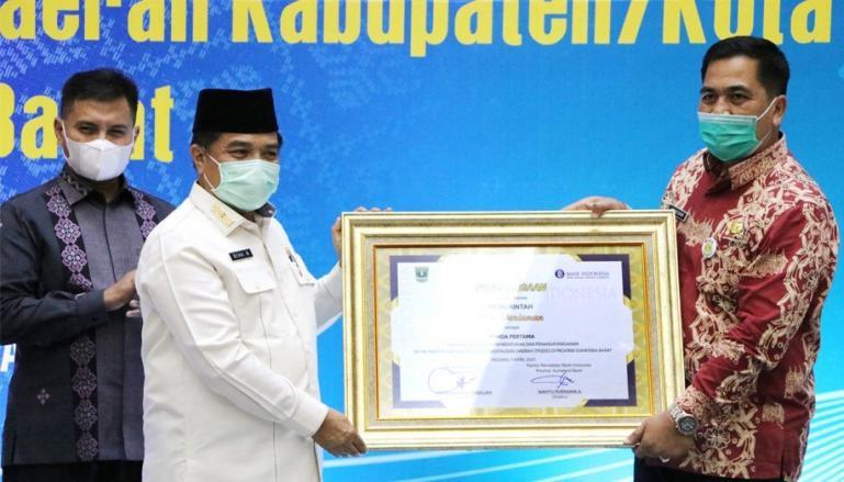 Sekko Pariaman, Ahmad Zakri saat menerima penghargaan TP2DD Sumbar dari Kepala BI Sumbar, Wahyu Purnama, Jumat (9/4). (Dok : Istimewa)