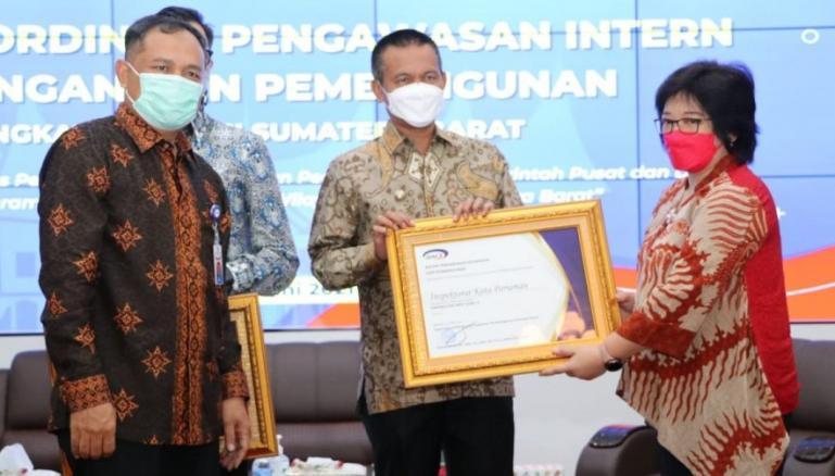 Wali Kota Pariaman, Genius Umar saat menerima penghargaan dari BPKP RI di Padang, Kamis (3/6). (Dok : Istimewa)