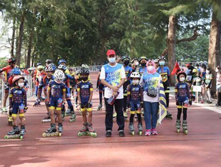 Genius Umar bersama par atlet sepatu roda pada Pariaman Fun Roller Skating Tour Race se Sumatera, Sabtu (3/7). (Dok : Istimewa)