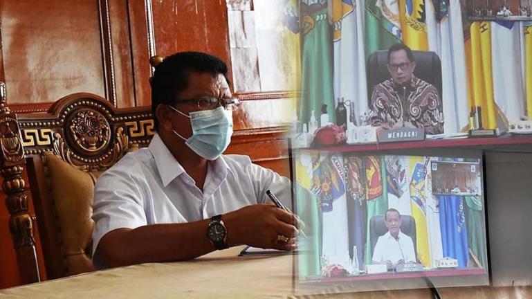 Kepala Dinas PTSP Naker Kota Pariaman, Alfian Harun saat ikuti rapat bersama Mendagri Tito Karnavian dan Menteri Investasi/BKPM, Bahlil Lahadalia melalui video conference, Jumat (28/5). (Dok : Istimewa)