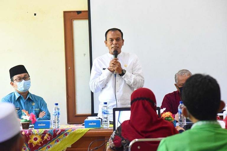 Kepala Dinas Kominfo Kota Pariaman, Hendri saat beri penjelasan seputar desa/kecamatan statistik di aula pertemuan Kantor Camat Pariaman Timur, Jumat (21/5).