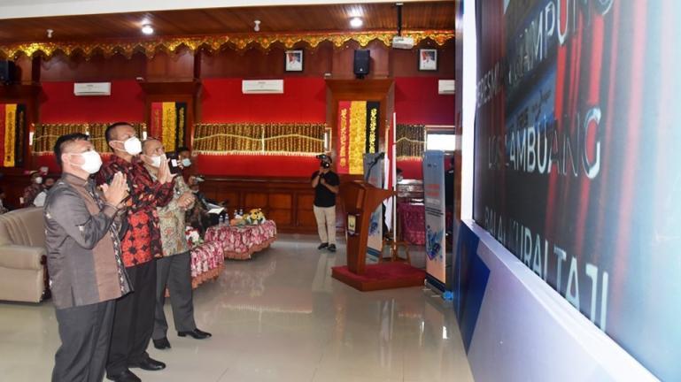 Wali Kota Genius Umar bersama Direktur Keuangan Bank Nagari, Sania Putra resmikan Kampung Qris di Kota Pariaman, Jumat (26/3). (Dok : Istimewa)
