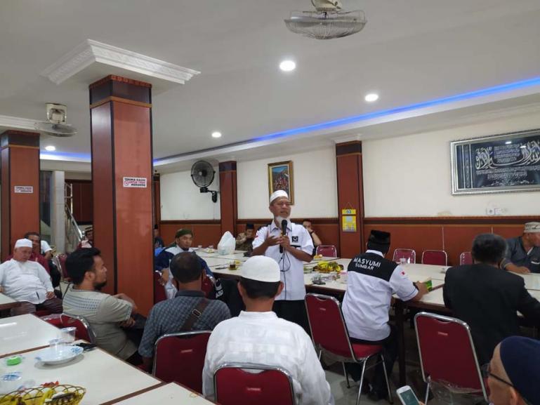 Ketua DPW Masyumi Sumbar, Budiman Datuk Bandaro Rajo saat menyatakan dukungan partainya kepada Nasrul Abit -- Indra Catri di Padang, Senin (23/11). (Dok : Istimewa)