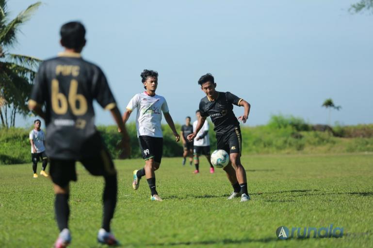 Muhammad Kanu Helmiawan dan Gitra Ajjo saat bermain bersama Komunitas Paruik Offside di Lapangan Sepakbola Universitas Bung Hatta, Minggu siang (24/1). (Foto : Can)
