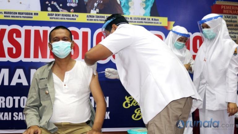 Genius Umar saat menjalani vaksinasi Sinovac pasca pencanangan pelaksanaan vaksinasi Covid-19 untuk Kota Pariaman, Jumat (5/2). (Foto : Arzil)
