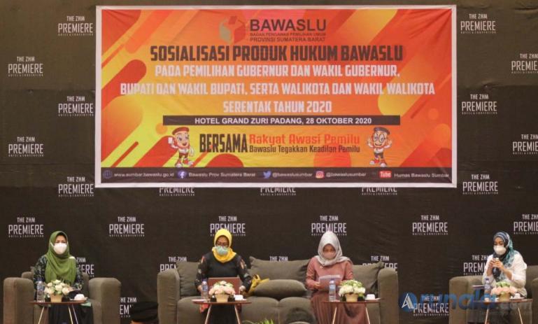 Anggota Bawaslu Sumbar Elly Yanti dan nara sumber lainnya dalam diskusi yang diadakan di acara Sosialisasi Produk Hukum Bawaslu di Hotel Grand Zuri Padang, Rabu (28/10). (Foto : Derizon)