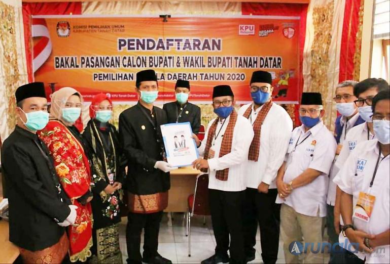 Bapaslon Bupati Tanahdatar dan wakil Bupati Tanahdatar Eka Putra dan Richi Aprian saat saat menerima berkas tanda terima dari KPU Tanahdatar, Sabtu (5/9). (Foto : MA Datuk)
