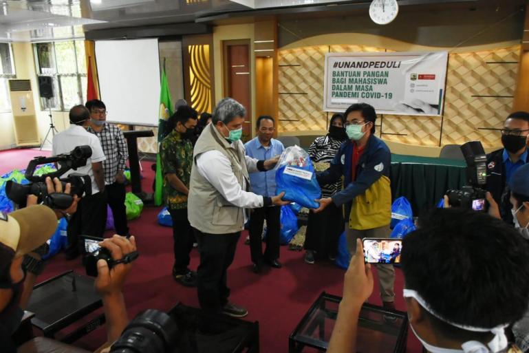 Pembantu Rektor Unand, Insannul Kamil serahkan paket Sembako untuk mahasiswa yang tidak pulang kampung saat wabah Covid-19, Senin (18/5) (foto: dok/hms-und)