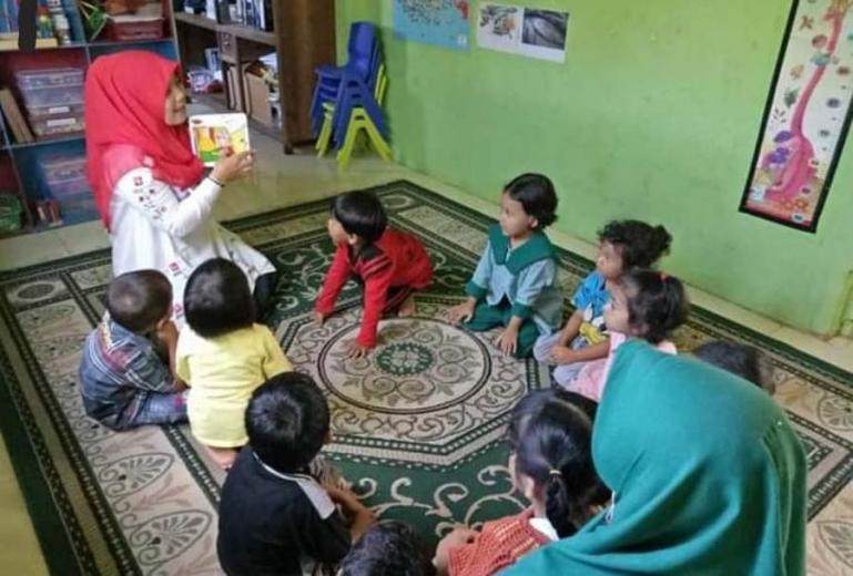 Pengajar di PAUD Al-Fa'izin sedang berikan pengajaran kepada anak didiknya. (Dok : Istimewa)