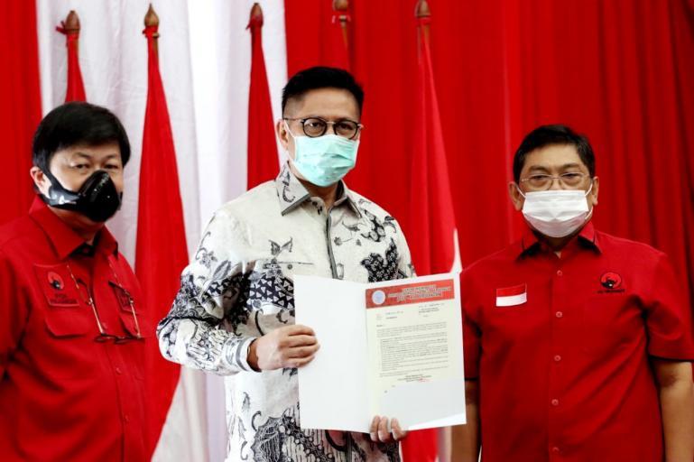 Ketua DPD PDIP Sumbar Alex Indra Lukman saat serahkan rekomendasi dukungan partainya kepada balon Gubernur Sumbar Mulyadi, di Jakarta, Rabu (2/9). (Dok : Istimewa)
