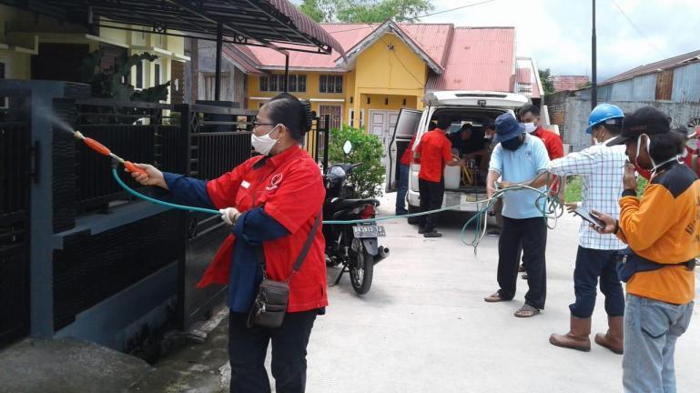 Pengurus PDIP Sumbar bersama kader lakukan penyemprotan Disinfektan di rumah warga dan juga tempat ibadah, Kamis (23/4). (Foto : Istimewa)