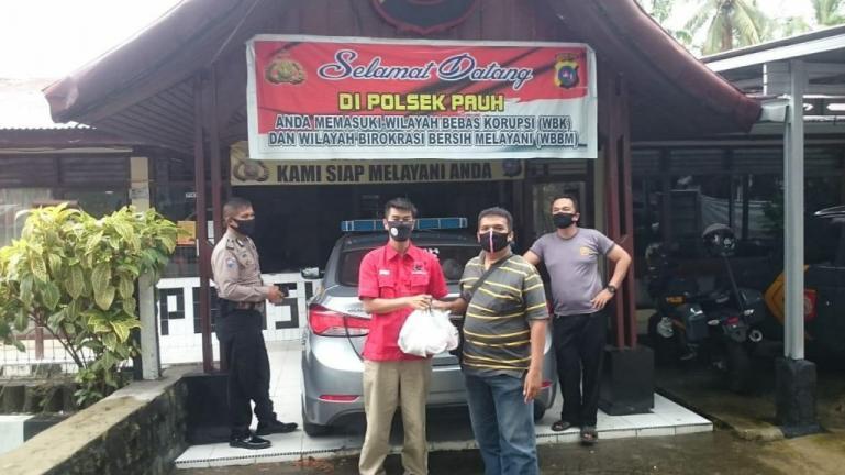 Kader PDIP Sumbar bagikan nasi bungkus kepada petugas jaga di salah satu PosKetupat Singgalang 2020 di Kota Padang, Senin (4/5). (Dok : Istimewa)