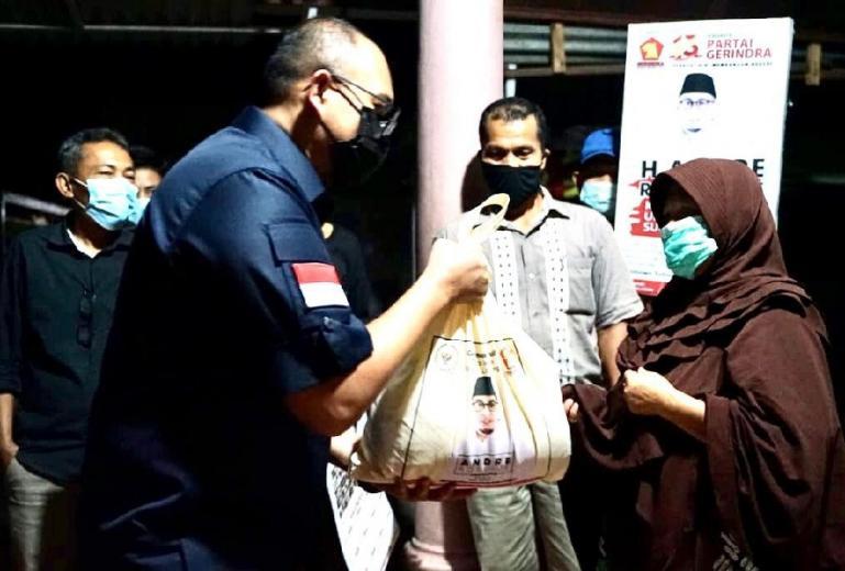 Andre Rosiade saat serahkan bantuan kepada warga di Padang beberapa waktu lalu. (Dok : Istimewa)