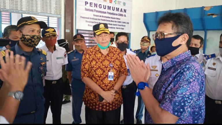 Gubernur Irwan Prayitno memeriksa kesiapan pihak ASDP di Pelabuhan Bungus terkait pencegahan Covid-19, Minggu (3/5). (Dok: Istimewa)
