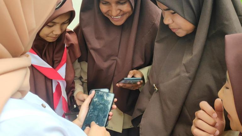 Para siswa di Kecamatan Tigo Lurah, Kabupaten Solok sudah bisa belajar daring melalui jaringan Telkomsel. (Dok : Istimewa)