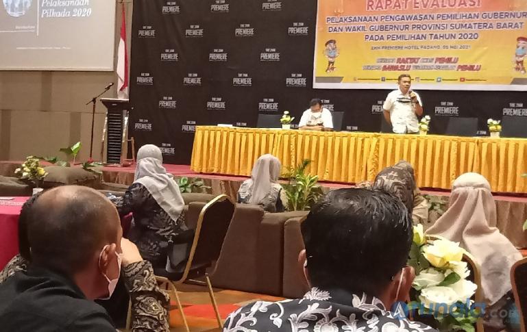 Pengamat Kebijakan Publik, Eka Vidia Putra saat berikan paparan dalam rapat evaluasi yang diadakan Bawaslu Sumbar, Rabu (5/5). (Foto : Arzil)