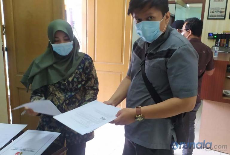 Seorang staf dari tim Hukum paslon Mahyeldi-Audy Joinaldy mencabut pengaduan mereka di Bawaslu Sumbar, Jumat siang (12/12). (Foto : Arzil)