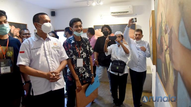 Wali Kota Genius Umar saat menyaksikan lukisan hasil karya pelukis Hamdi Mubarak di Kopi Dent di Kampung Perak, Pariaman, Jumat sore (26/3). (Foto : Arzil)