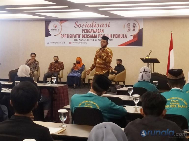 Anggota Bawaslu Kota Padang Bahrul Anwar saat berikan materi pengawasan partisipatif kepada pemilih pemula, di Hotel Axana Padang, Sabtu (29/8). (Foto : Amz)