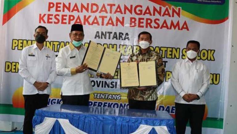 Bupati Solok, Epyardi Asda dan Wali Kota Pekanbaru, Firdaus menunjukkan naskah MoU yang dibuat terkait sektor perekonimian, Rabu (30/6). (Dok : Istimewa)