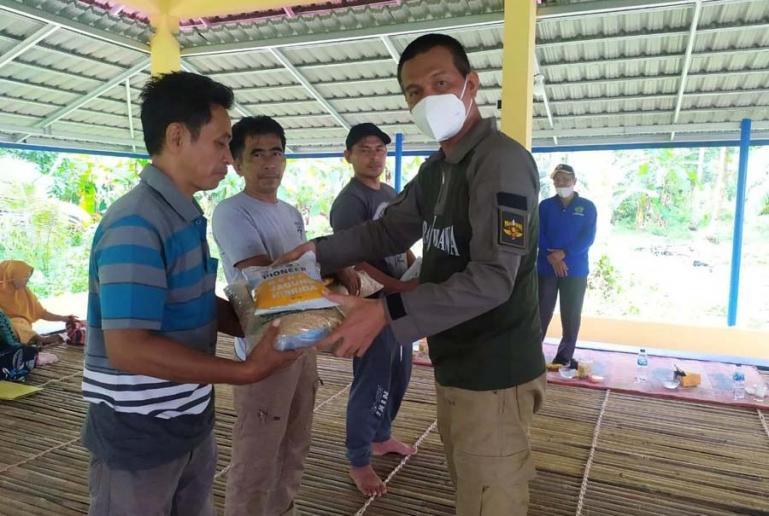Wali Kota Genius Umar serahkan bantuan bibit tanaman produktif kepada Keltan Maju Bersama Dusun Padang Tampek, Desa Marunggi, Jumat (4/6). (Dok : Istimewa)