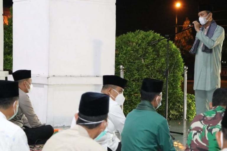 Wali Kota Pariaman, Genius Umar saat beri sambutan pada malam takbiran yang diadakan di lobi Balaikota Pariaman, Rabu malam (12/5). (Dok : Istimewa)