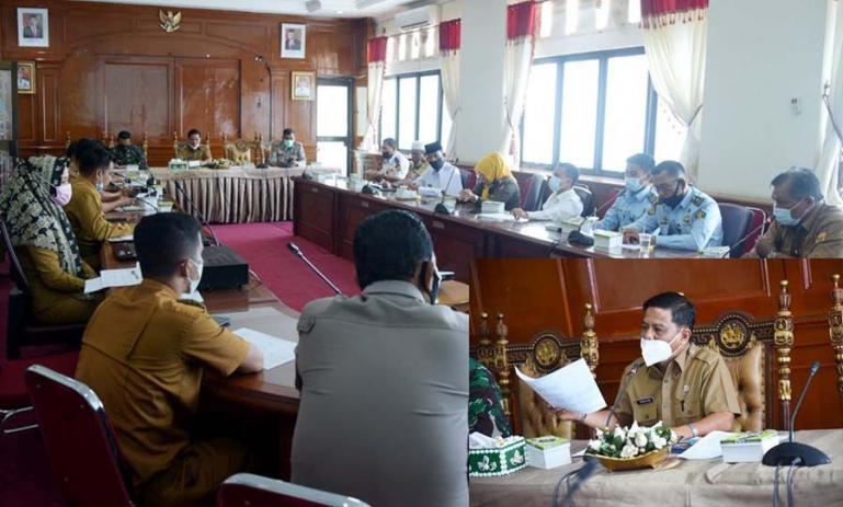 Asisten I Setko Pariaman, Yaminurizal saat memimpin rapat persiapan upacara HUT RI, di ruang rapat wali kota, Senin (9/8). (Dok : Istimewa)