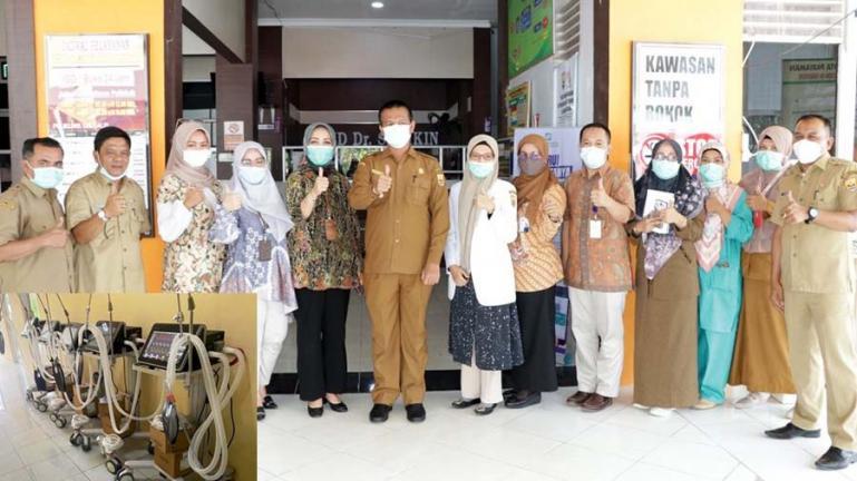 Wali Kota Pariaman Genius Umar bersama Dinas Kesehatan kota setempat sesaat akan meminjamkan delapan ventilator untuk RSUP M Djamil Padang, Selasa (13/7). (Dok : Istimewa)