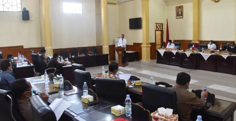 Wali Kota Genius Umar saat sampaikan jawaban atas pandangan fraksi-fraksi di DPRD Pariaman terkait tiga ranperda, Rabu (10/3). (Dok Istimewa)