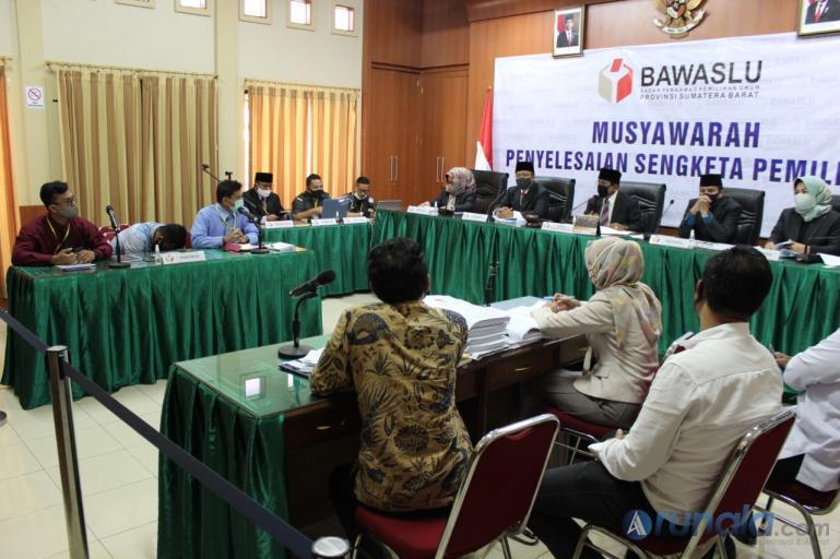 Suasana musyawarah terbuka pihak bapaslon Fakhrizal - Genius Umar selaku pemohon dengan KPU sebagai pihak Termohon di Bawaslu Sumbar, Senin (10/8). (Dok : Istimewa)