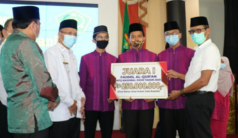 Gubernur Irwan Prayitno serehkan bonus kepada kalifah Sumbar yang juara pada MTQN 2020, Rabu (2/12). (Dok : Istimewa)