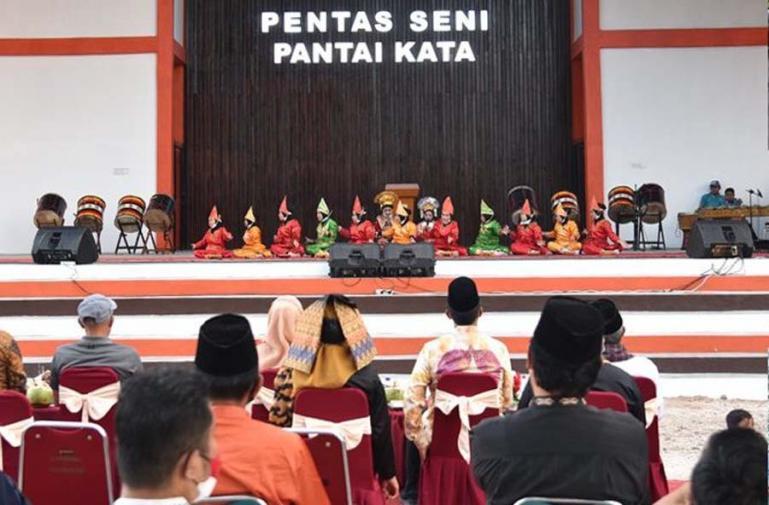 Para undangan beri apresiasi atas penampilan murid-murid SDN 19 Kampung Baru dalam launching Pariaman Culture Everyweek 2021, Sabtu sore (23/1)